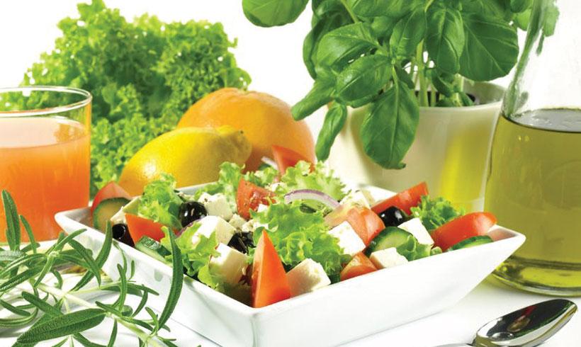 Šta žene rade dok muškarci pripremaju roštilj - Grčka salata