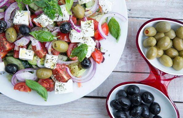 Mediteranska salata sa maslinama, feta sirom, mediteran uljem, lukom, paradajzom, krastavcima, i zelenom salatom