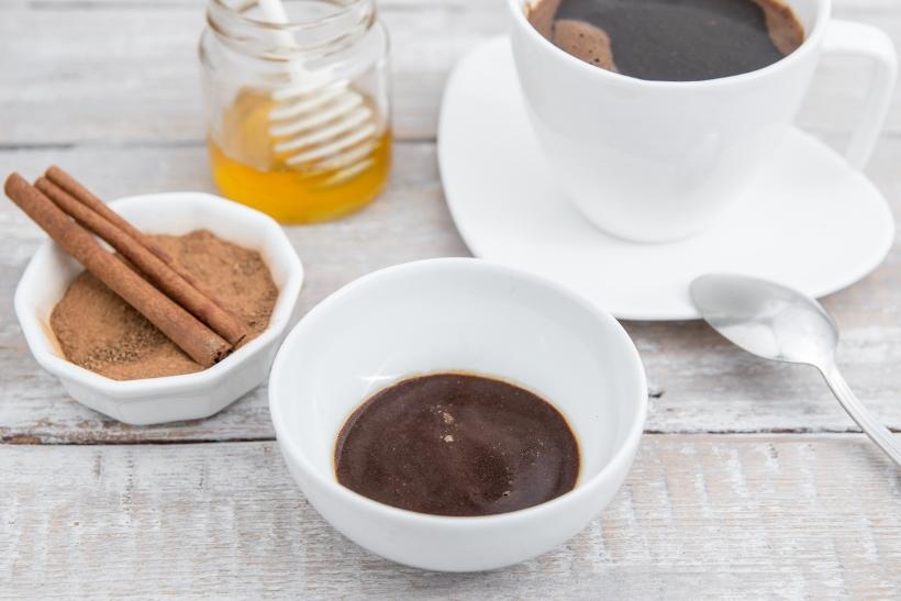 sačuvajte soc i dodajte mu par kapi maslinovog ulja, prstohvat cimeta, kašičicu meda i kašićicu palente! Bakin piling će vam pri sledećem kupanju preporoditi kožu.