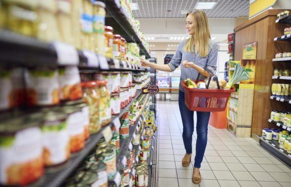Žena u marketu pametno bira namirnice