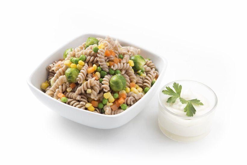 Buket salata sa makaronima i povrćem posno