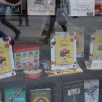 Kuvar u sve se meša ljubav u izlogu knjižare delfi SKC