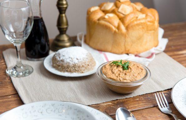 Skromna slavska trpeza, kolač, žizo, vino i riblja pašteta