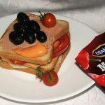 Sendvič sa pilećom paštetom i crnim maslinama